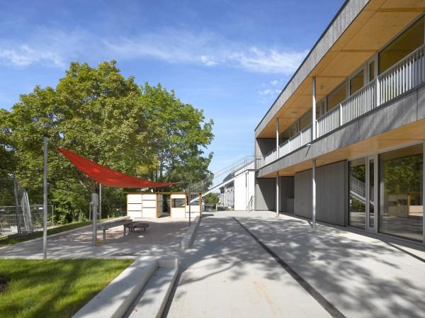 W: Fassade + Spielbereich